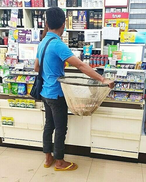 Chàng trai này mang cả lưới đánh cá để đi shopping
