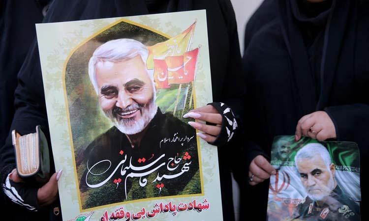 Người dân cầm ảnh thiếu tướng Qassem Soleimani trong lễ tang của ông tại Kerman, Iran hôm nay. Ảnh: Reuters.
