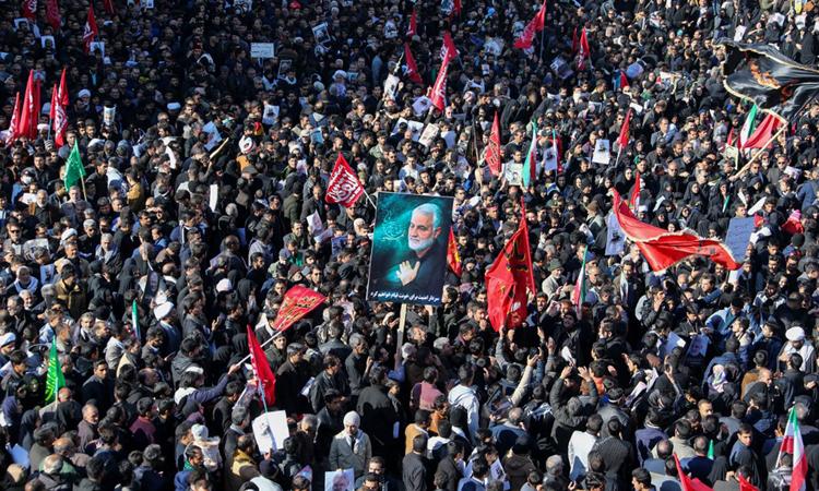 Đám đông tham dự tang lễ tướng Soleimani ở quê nhà Kerman của ông hôm nay. Ảnh: AFP.