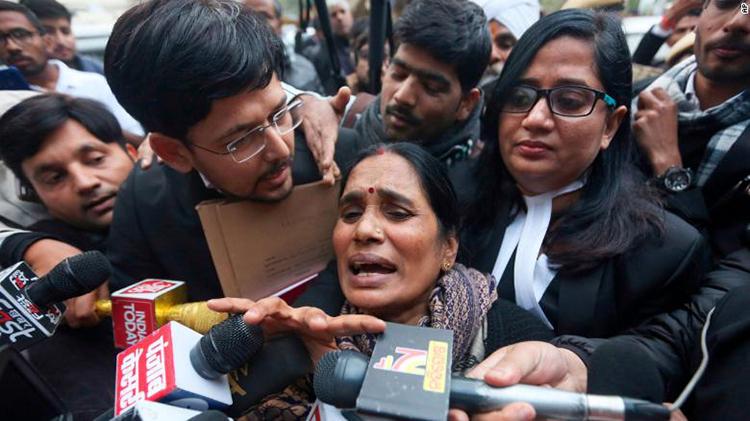 Asha Devi, mẹ của nạn nhân, rời tòa án New Delhi hôm qua. Ảnh: AP