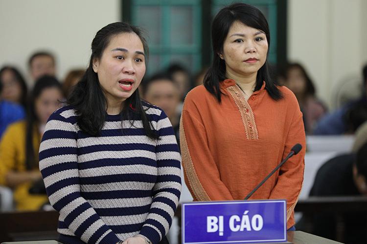 Bị cáo Nguyễn Thị Vân (trái) và Vững tại toà. Ảnh: Phạm Dự.