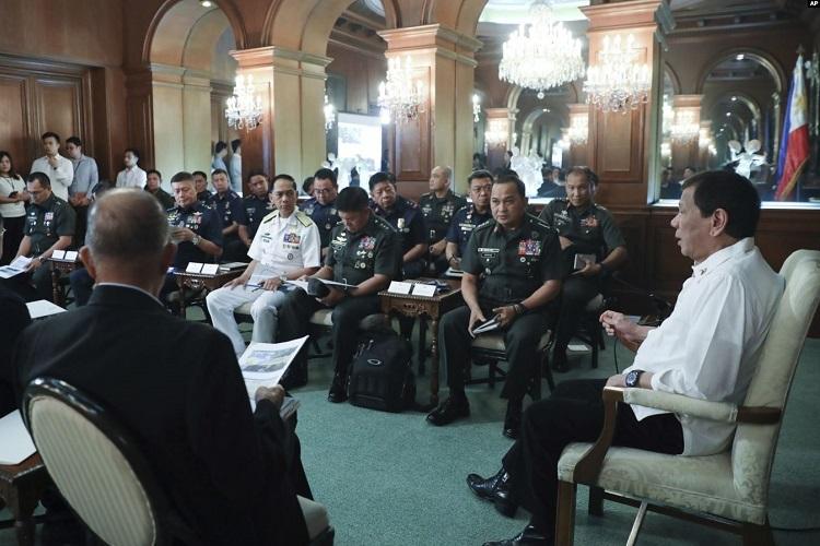 Tổng thống Rodrigo Duterte họp với giới chức an ninh tại phủ tổng thống hôm 5/1. Ảnh: AP.