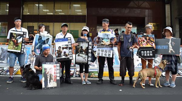 Đại diện các nhóm bảo vệ chó biểu tình bên ngoài cơ quan lập pháp Đài Loan hồi tháng 8/2018, yêu cầu thắt chặt hình phạt với những lao động nước ngoài ăn thịt chó. Ảnh: CNA