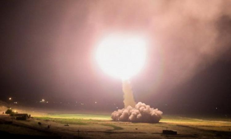 Tên lửa đạn đạo Iran rời bệ phóng rạng sáng 8/1. Ảnh: Fars News.