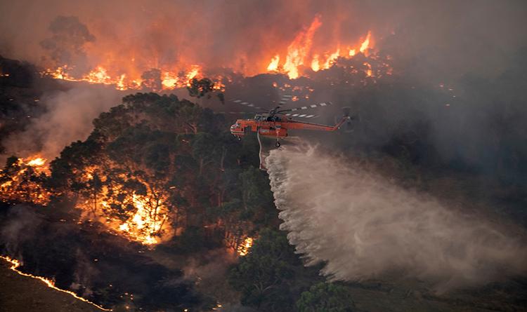 Trực thăng phun nước chữa cháy rừng tại Đông Gippsland, bang Victoria, Australia, hôm 30/12/2019. Ảnh: AP