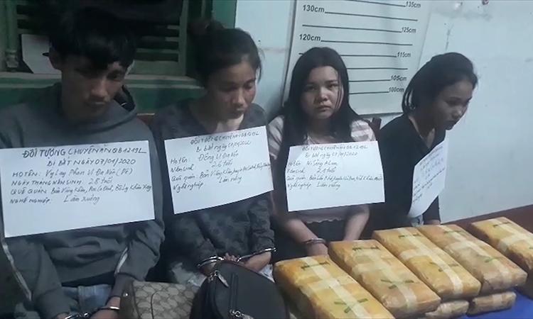 4 người Lào cùng tang vật vụ án. Ảnh: Châu Thành - Hoài Nam