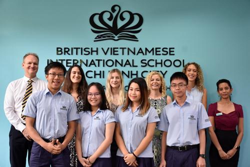 Từ trái qua Thiên Đăng, Cao Khoa, Hà My (Jenny) và Hải Linh cùng các thầy cô hướng dẫn tại BVIS