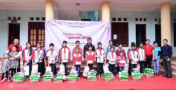 QuỹHy Vọng cùng Vietlott và gia đình diễn viên Hồng Đăng trao quà Tết cho người dân và học sinh khó khăn xã Thanh Lòa. Ảnh: Giang Huy