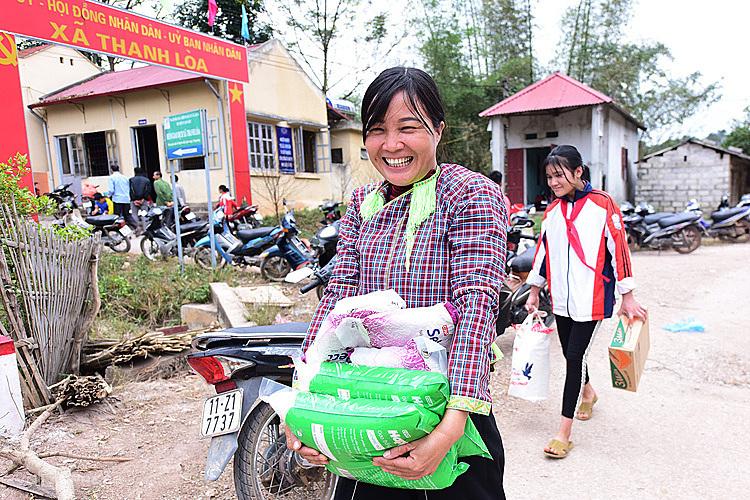 Niềm vui của người dân xã giáp biên Thanh Lòa khi nhận quà Tết từ quỹ Hy Vọng. Ảnh: Giang Huy