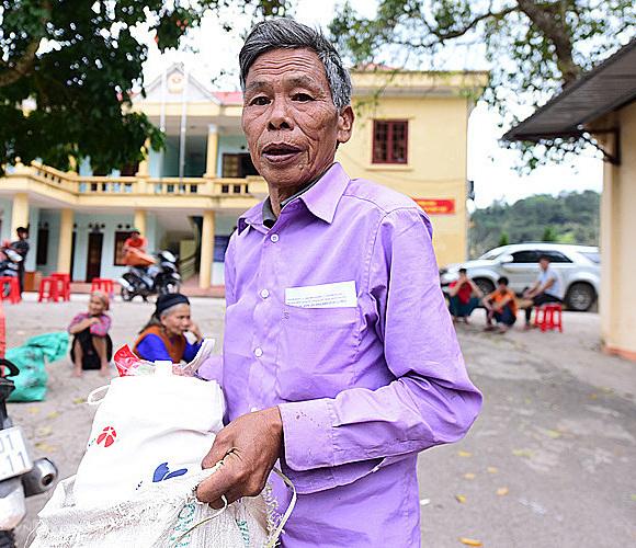 Cựu binh Hoàng Văn Miên sẽ dùng tiền lì xì để mua gạo ăn trong năm tới. Ảnh: Giang Huy