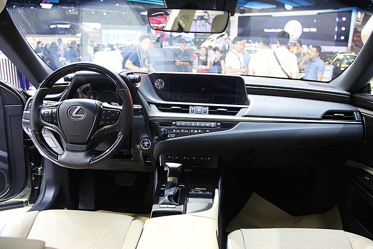 Khoang lái của ES 300h.