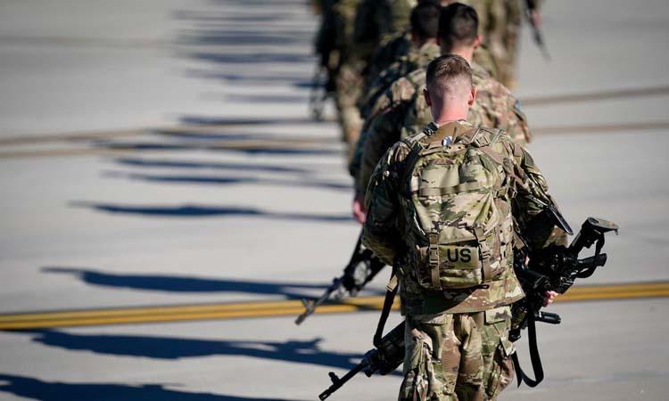 Những binh sĩ thuộc Sư đoàn lính dù số 82 ra sân bay tại căn cứ Fort Bragg, bang North Carolina, Mỹ hôm 5/1 để khởi hành tới Trung Đông. Ảnh: Reuters.