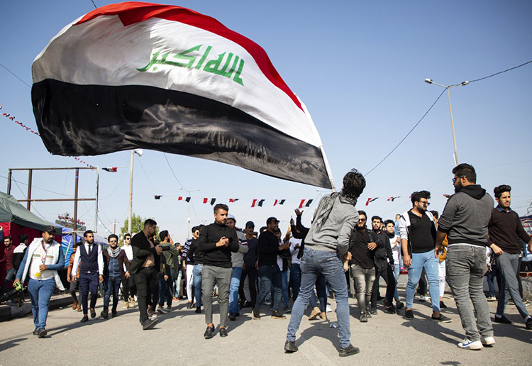 Người Iraq biểu tình chống chính phủ ở thành phố phía nam Basra hôm 8/1, hô vang những khẩu hiệu phản đối việc biến Iraq thành chiến trường của cuộc xung đột giữa Iran và Mỹ. Ảnh: AFP