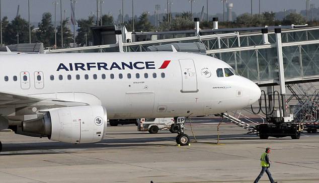 Một máy bay của hãng Air France tại sân bay Charles de Gaulle Airport, Paris. Ảnh: AP