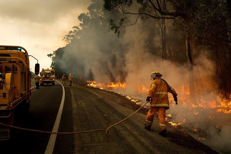 Lực lượng cứu hỏa kiểm soát hỏa hoạn ở cao tốc Prince, vườn quốc gia Meroo, Australia hôm 5/1. Ảnh: NYTimes.