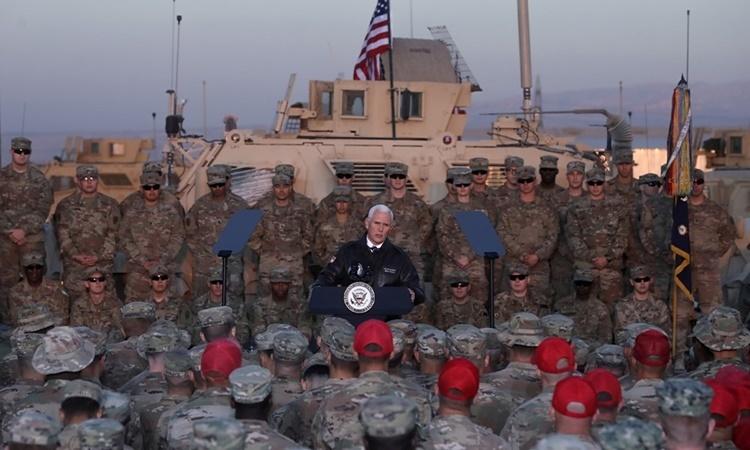 Phó tổng thống Mỹ Mike Pence phát biểu tại căn cứ Ain al-Asad hồi tháng 11 năm ngoái. Ảnh: Reuters.