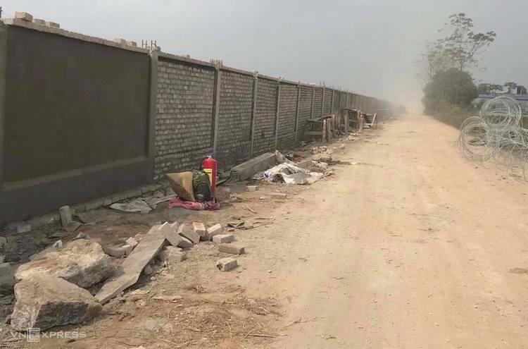 Bức tường rào được xây dựng ở sân bay Miếu Môn. Ảnh: PV