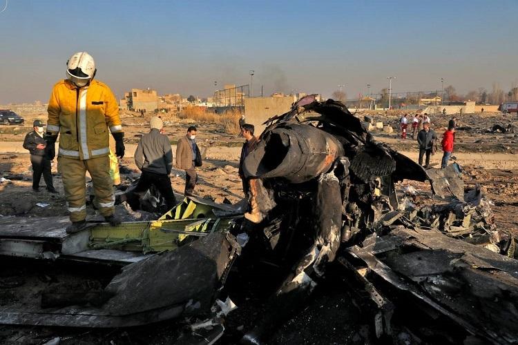 Lực lượng chức năng có mặt tại hiện trường ngày 8/1 để xác định nguyên nhân vụ tai nạn. Ảnh: AP.
