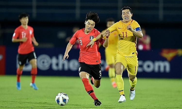 Đội trưởng Trung Quốc - Trần Bân Bân (Chen Binbin) - nỗ lực tranh đoạt với Kang Yoon-sung. Ảnh: AFC.