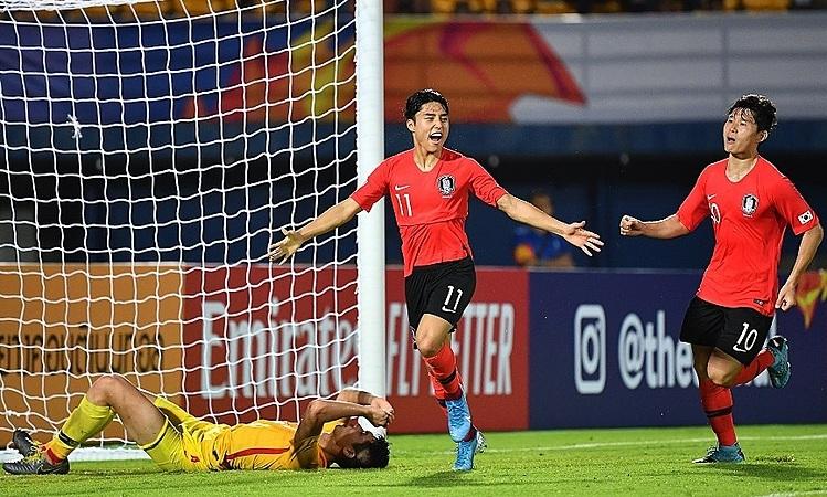 Niềm vui của Lee Dong-jun (số 11)và nỗi buồn từ hậu vệ Trung Quốc. Ảnh: AFC.