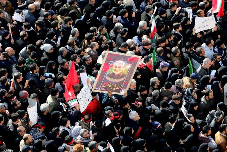 Người Iran mang ảnh tướng Soleimani dự lễ tang ông hôm 6/1 tại Tehran. Ảnh: AFP.