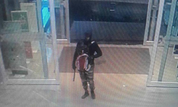 Hình ảnh tên cướp bước vào tiệm vàng do camera giám sát ghi lại. Ảnh: Khaosod.