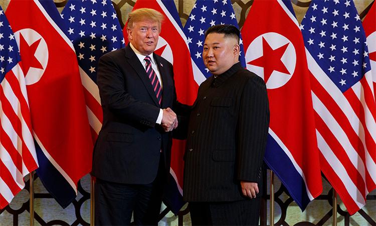 Tổng thống Mỹ Donald Trump (trái) và Chủ tịch Triều Tiên Kim Jong-un (phải) trong cuộc gặp tại Hà Nội tháng 2/2019. Ảnh: AP.