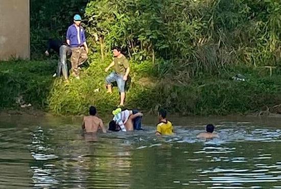 Thầy Nghĩa cùng người dẫn hỗ trợ đưa nạn nhân lên bờ. Ảnh: CTV.