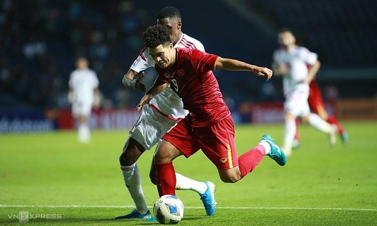 Đức Chinh và đồng đội nỗ lực nhưng không thể chọc thủng lưới UAE. Ảnh: Lâm Thỏa.