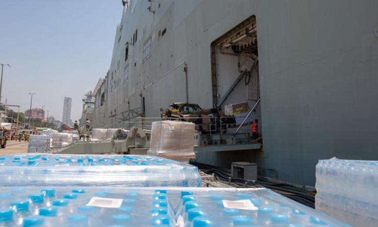 Hàng hóa được chất lên tàu Hải quân Hoàng gia Australia HMAS Choules hôm 8/1 để cứu trợ các khu vực cháy rừng. Ảnh: CNN.