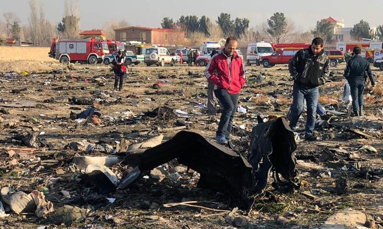 Mảnh vỡ chiếc may gặp nạn của Hãng hàng không Quốc tế Ukraine (UIA) tại ngoại ô Tehran, Iran, hôm 8/1. Ảnh: AFP.