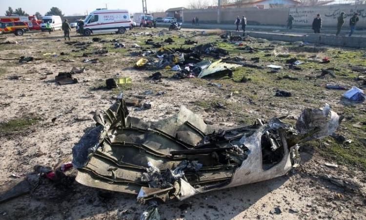 Mảnh vỡ chiếc may gặp nạn của Hãng hàng không Quốc tế Ukraine (UIA) tại ngoại ô Tehran, Iran, hôm 8/1. Ảnh: Reuters.