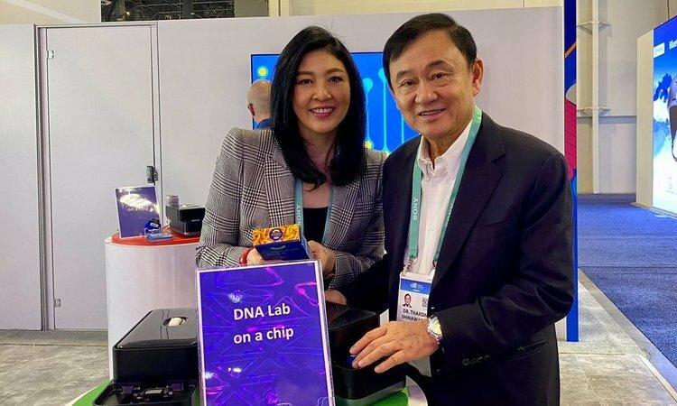 Anh em cựu thủ tướng Thái Lan Thaksin (phải) và Yingluck Shinawatra chụp hình tại triễn lãm VES 2020 ở Las Vegas, Mỹ hôm 8/1. Ảnh: Twitter/PouYingluck.