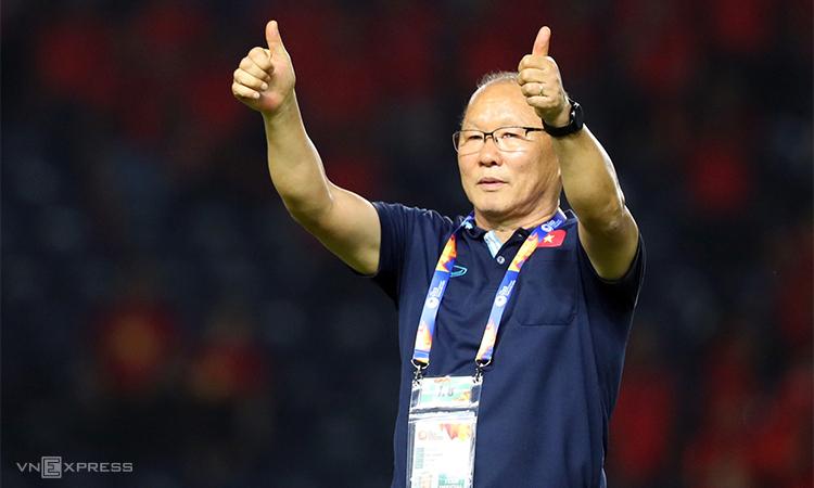 Thầy Park chào và cảm ơn các CĐV Việt Nam trên đường rời sân tới phòng họp báo ở Chang Arena. Ảnh: Đức Đồng.