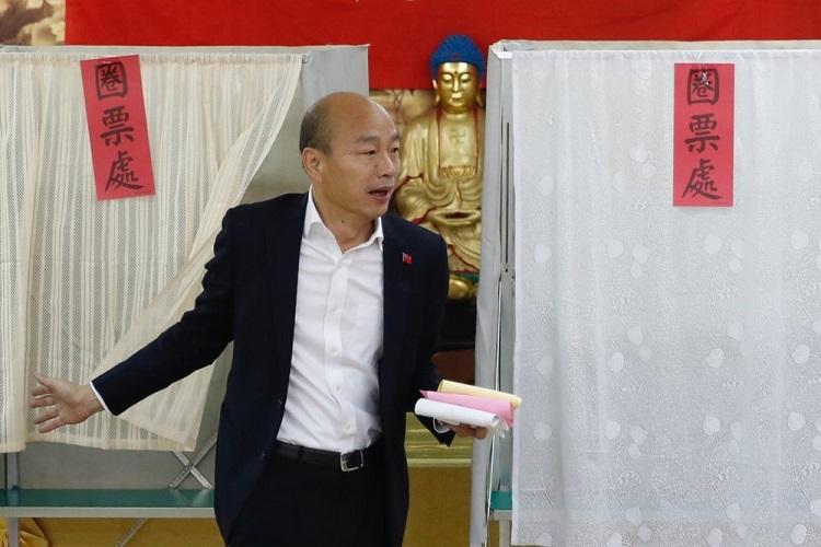 Ứng cử viên Quốc dân đảng Hàn Quốc Du tại điểm bỏ phiếu ở Cao Hùng ngày 11/1. Ảnh: AP.