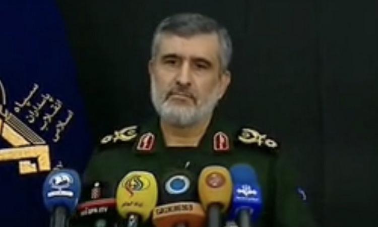 Tướng Hajizadeh phát biểu trên truyền hình Iran chiều nay. Ảnh: Fars News.