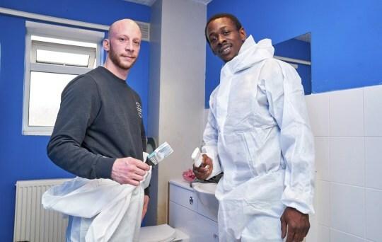 Nick Lynch (phải) và Cyle Carth đang sửa lại một ngôi nhà. Ảnh: Carter news