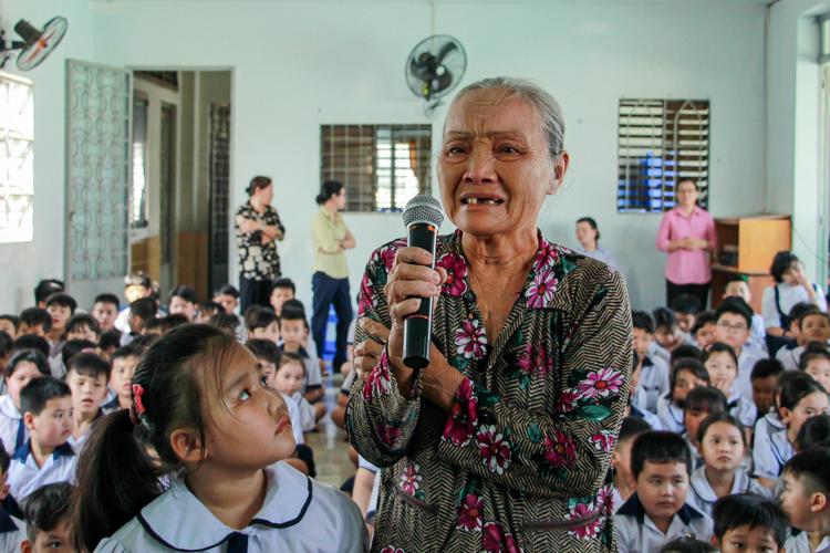 Bà Năm bên cháu gái Ngọc Nga phát biểutại Trường tình thương Thiên Ân vào sáng 9/1. Ảnh: Thanh Trần
