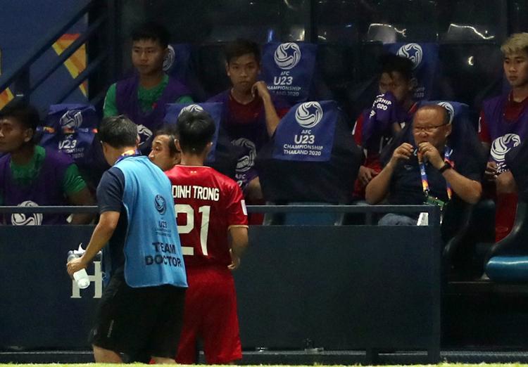 HLV Park Hang-seo tung Đình Trọng vào thay Tấn Sinh để ổn định hàng thủ. Ảnh: Đức Đồng