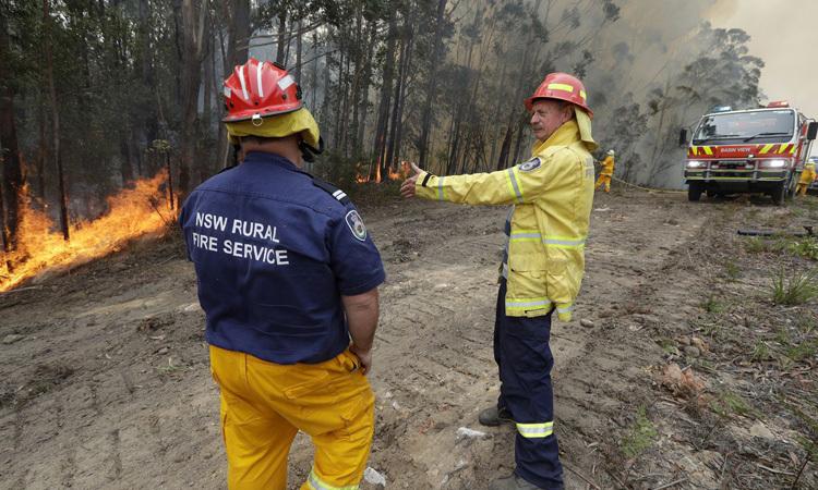 Doug Schutz (phải) chỉ đạo đám cháy có kiểm soát ở Tomerong, NSW hôm 8/1. Ảnh: AP.
