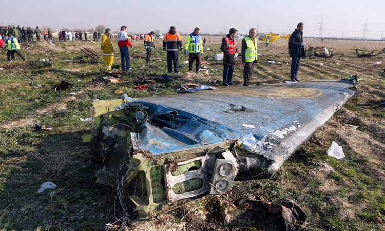 Mảnh vỡ máy bay Boeing 737-800 tại hiện trường tai nạn ở ngoại ô Tehran hôm 8/1. Ảnh: AFP.