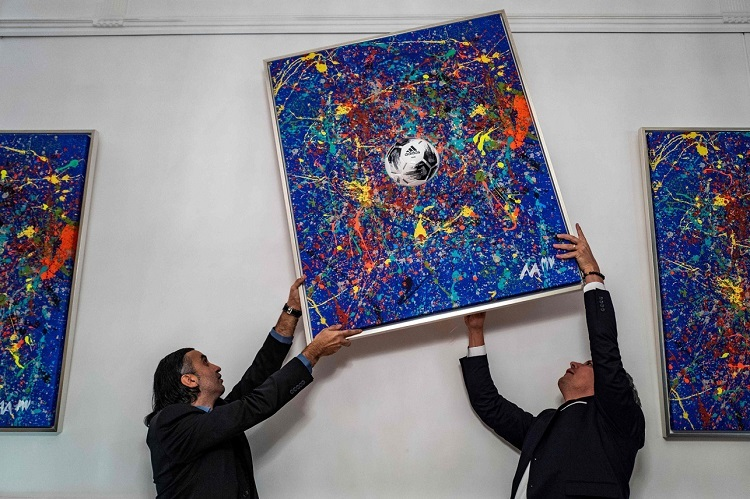 Bức tranh trị giá 12.000 USD Mikail hợp tác cùng cầu thủ Manuel Nerer tạo ra. Ảnh: AFP