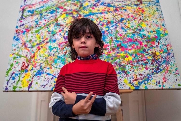 Mikail Akar bên tác phẩm của mình. Ảnh: AFP