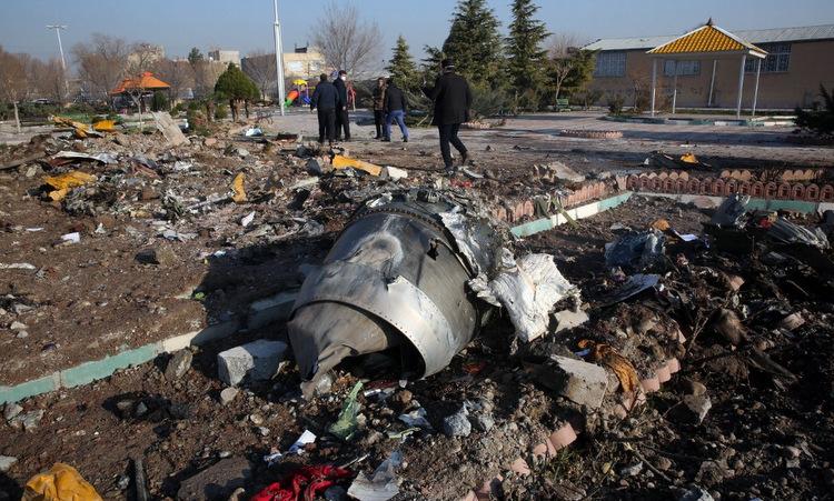 Hiện trường máy bay rơi ở ngoại ô thủ đô Tehran hôm 8/1. Ảnh: AFP.