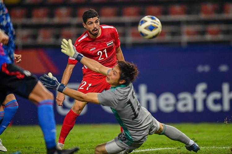 Dali đánh bại thủ môn Osako sau tình huống độc diễn qua nửa sân, ấn định thắng lợi 2-1 cho Syria. Ảnh: AFC.