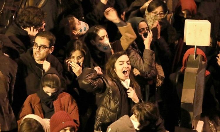 Sinh viên Iran biểu tình tại Tehran hôm 11/1 để phản đối chính phủ vì vụ b.ắn nhầm máy bay chở khách. Ảnh: AFP.