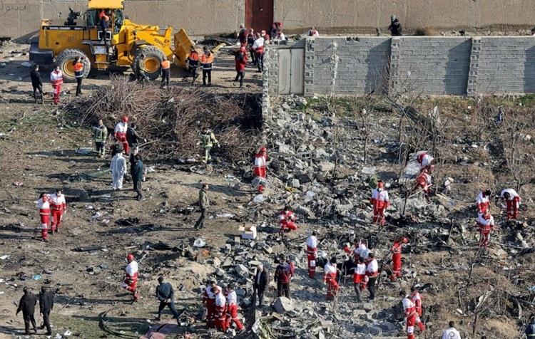 Nhân viên cứu hộ làm việc tại hiện trường máy bay Ukraine bị b.ắn hạ hôm 8/1. Ảnh: AP.