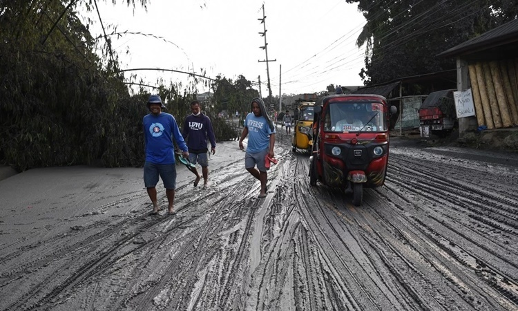 Tro bụi núi lửa kết hợp với nước mưa tạo thành lớp bùn dày trên đường phố thị trấn Tanauan, tỉnh Batangas. Ảnh: AFP.