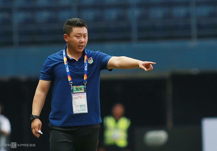 HLV Ri Yu-il chỉ đạo cầu thủ trong trận thua UAE 1-2 tại Buriram ngày 13/1. Ảnh: Lâm Thoả