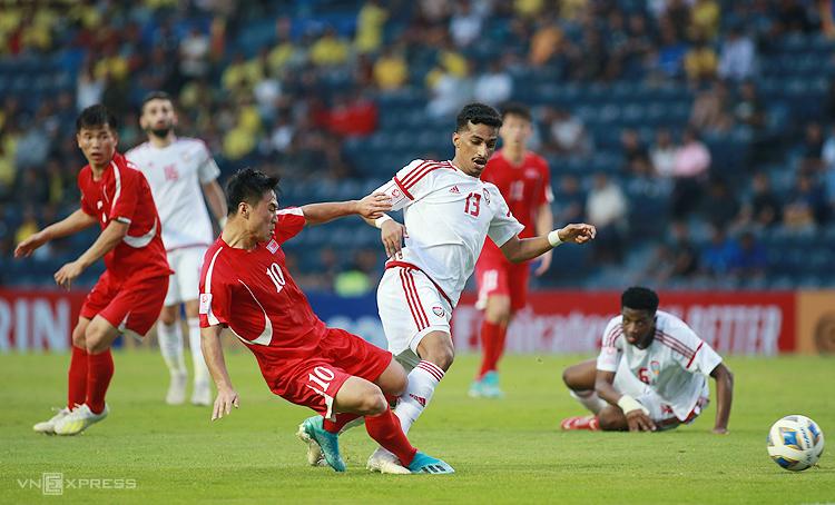 Triều Tiên (áo đỏ) bị loại sau trận thua 0-2 trước UAE. Ảnh: Lâm Thoả